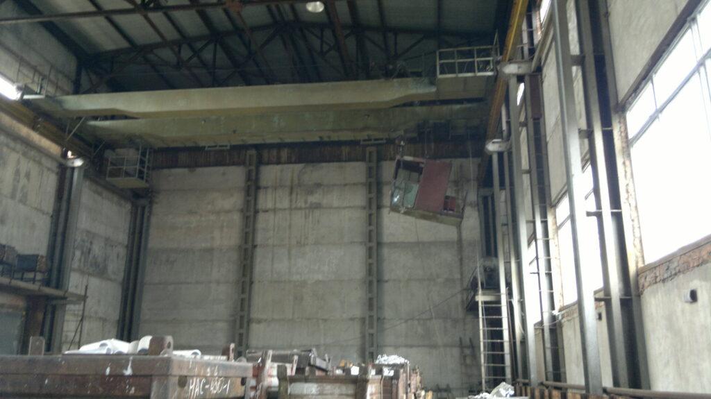 Демонтаж кабины крановщика на мостовом кране КМЭ-10 с последующим переводом на радиоуправление.
